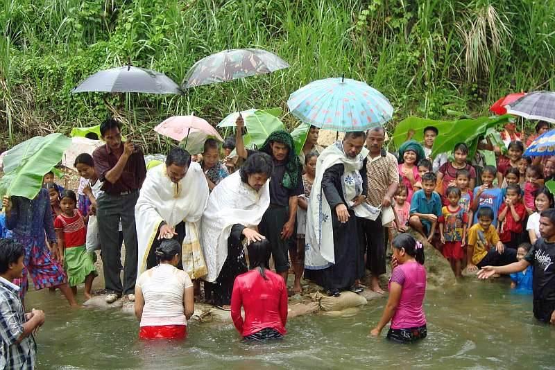 botezuri-in-masa-in-indonezia.jpg