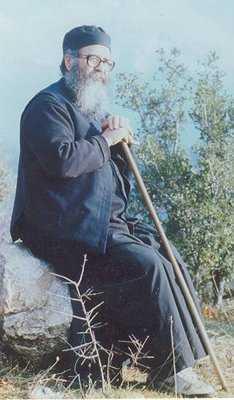 Ce am retinut din talcuirile si avertismentele CUVIOSULUI DANIEL GOUVALIS privitoare la Apocalipsa. Cum sa ne ferim de exegetii improvizati si de speculantii financiari ai profetiilor eshatologice? CUM TALCUIESC SFINTII PARINTI LEGATURA DINTRE LEPADARE SI ANTIHRIST