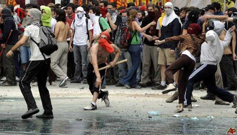"""ROMANIA, NOUA ARGENTINA? Tot mai multe voci """"prevestesc"""" revolte violente, razboi civil, faliment national """"in urmatoarele luni"""". COMISIA EUROPEANA SI FMI APARA BANCILE, INCALECA TOTAL ROMANIA SI DICTEAZA CONTINUAREA EXPERIMENTULUI GENOCIDAL AL """"AUSTERITATII""""/ Catastrofa """"Legii Educatiei"""". LIMBA ROMANA, PREDATA CA LIMBA STRAINA MINORITATILOR/ Atentie: campania de vaccinare impotriva gripei sezoniere inseamna si vaccinarea de gripa porcina! CATRE """"VACCINUL UNIVERSAL""""/ Din istoria rusinoasa a CONTROLULUI DEMOGRAFIC/ Amenintari teroriste """"credibile"""" si jocuri de glezne sub umbrela scutului NATO/ M.I.S.A. SI EVENIMENTELE SUB CARE SE CAMUFLEAZA/ Despre inutilitatea dietelor si a regimurilor si rostul vietii comunitare normale <b>(STIRI 28-31 OCTOMBRIE 2010)</b>"""