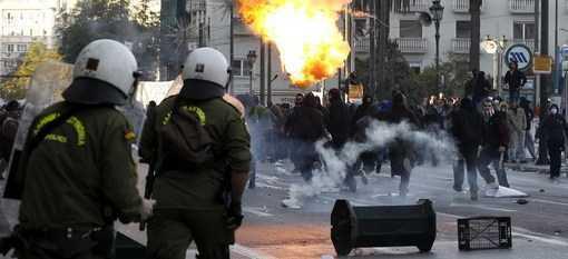 GRECIA IN FLACARI, ROMANIA IN GENUNCHI  Miroase a Revolutie