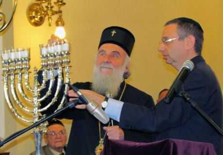 EVENIMENT SINCRETIST FARA PRECEDENT INTR-O SINAGOGA DIN BELGRAD: <b>Irineu, intai-statatorul Bisericii Ortodoxe Sarbe si inca un episcop Irineu, prigonitor al PS Artemie, aprind lumanari la o ceremonie religioasa iudaica</b>