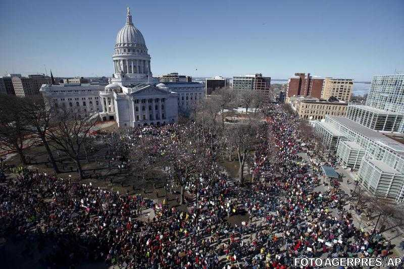Demonstratii la Wisconsin. <i>Ar putea fi inceputul revolutiei in SUA</i> (Noam Chomsky)