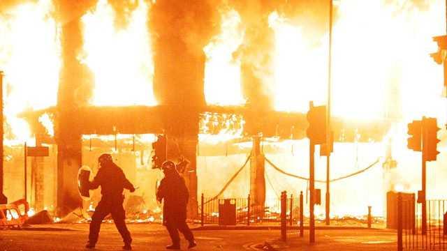 HAOS IN LONDRA, CU CAUZE BIZARE SI DEJA EXTINS SI IN ALTE MARI ORASE (VIDEO). A treia noapte de violenta, jafuri, incendii. Si la anul aici ar trebui sa se organizeze JOCURILE OLIMPICE…