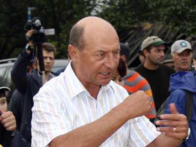 Presedintele cinismului si al vorbelor proaste. Traian Basescu in dialog cu muncitorii: <i>TRAIM DUPA CUM MUNCIM</i>. Scurta dovedire despre FALSITATEA AFIRMATIEI (VIDEO)
