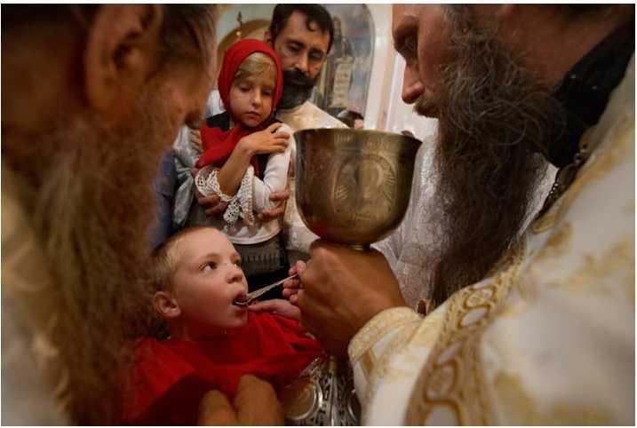 Patriarhia Română CEDEAZĂ LAȘ în fața presiunilor activiștilor #rezist anticlericali. ÎMPĂRTĂȘIREA LA ACELAȘI POTIR și cu aceeași linguriță pusă în dubiu chiar de către cei care ar fi trebuit să le afirme/ CUM AU RĂSPUNS TEOLOGUL JEAN-CLAUDE LARCHET ȘI MITROPOLITUL NICOLAE AL MESOGHIEI ISTERIEI SIMILARE A GRIPEI PORCINE?