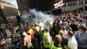 (FOTO) Se raporteaza iar violente la Londra. De aceasta data, EXTREMA DREAPTA S-A BATUT CU POLITIA