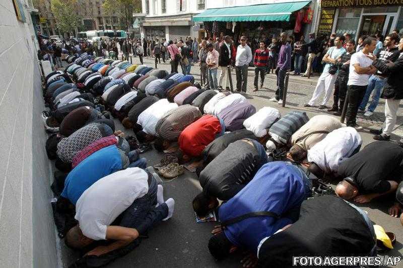 FRANTA INTERZICE RUGACIUNILE IN STRADA. Musulmanii sfideaza interdictia