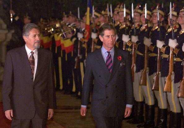 Prima vizită a Prinţului Charles în România. Acesta a fost întâmpinat de Emil Constantinescu, preşedintele ţării în acea perioadă.