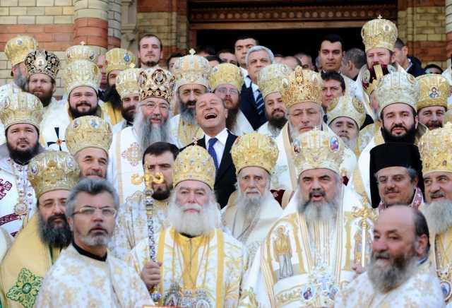 <b>Basescu intre ierarhi ai BOR, hăhăind &#8211; &#8220;fotografia anului&#8221;?</b> INCA O PALMA SIMBOLICA PE OBRAZUL BISERICII, LA CANONIZAREA LUI ANDREI SAGUNA