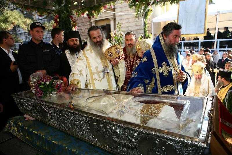 <B>Sfintele Moaste care vor fi aduse luna aceasta in Romania: mana dreapta a Sf. Policarp si Capul Sf. Ap. Andrei</B>. DE CE MASS-MEDIA BATJOCORESTE SISTEMATIC INCHINAREA LA SFINTELE MOASTE?