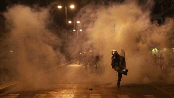 """PROTESTE STRADALE VIOLENTE in Grecia si Italia. La Atena ciocniri cu politia in fata ambasadei SUA, in Italia proteste fata de """"GUVERNUL DE BANCHERI"""""""