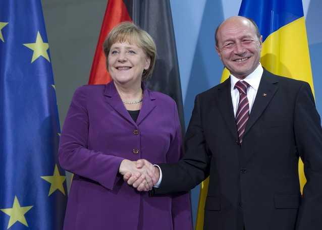 Basescu anunta de langa Angela Merkel ULTIMELE PUNCTE DE PE AGENDA DISTRUGERII FINALE A TARII: <b>Euro in 2015, un deficit anti-social ZERO in 2013 si jaful vanzarii pe nimic a ultimelor resurse strategice</b>
