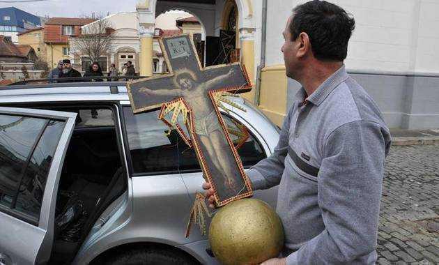 Crucea de pe catapeteasma Bisericii Sf. Pantelimon, INTACTA in CIUDA INCENDIULUI PUTERNIC