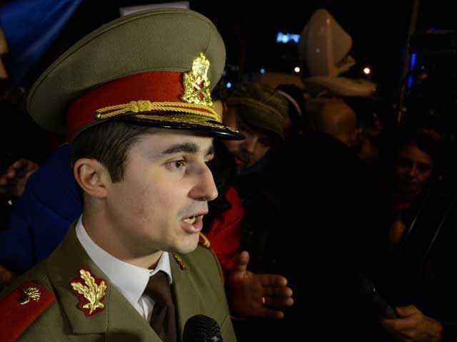 Locotenentul ALEXANDRU GHEORGHE, alaturat protestelor din Piata Universitatii in uniforma ARMATEI ROMANE: <i>Nu m-a trimis nimeni decat constiinta mea de om, de crestin</i>