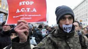 INCEPE CENZURA INTERNETULUI! Romania a semnat ACTA. In Polonia internautii au PROTESTAT in strada