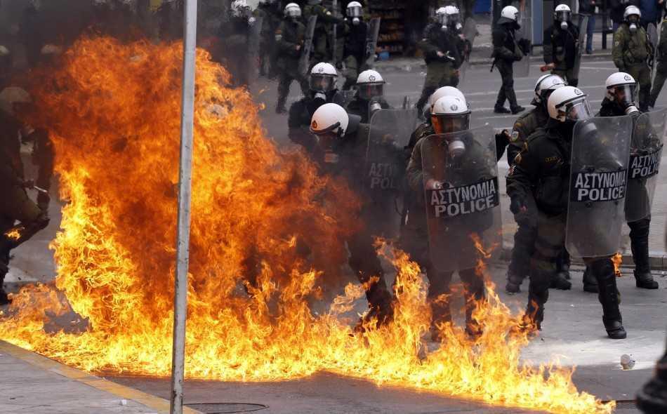 Nigel Farage, din nou devastator in Parlamentul European: <b>TROICA GLOBALISTA (UE-FMI-BCE) taraste Grecia catre HAOS SI REVOLUTIE!</b>