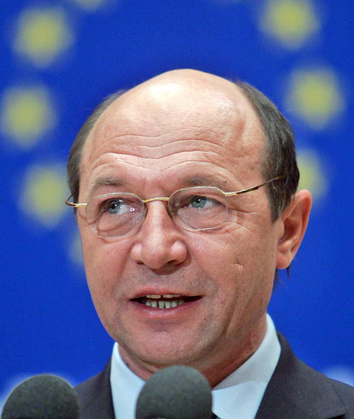 Traian Basescu ne arata CAT DE BUNA ESTE CRIZA pentru… formarea STATELOR UNITE ALE EUROPEI. <b>Cedarea de suveranitate este INSUFICIENTA!</b>