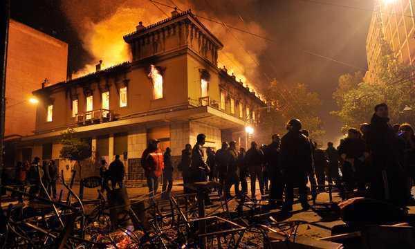 PROTESTELE VIOLENTE DIN GRECIA: dovada ca incendiile din Atena au fost opera AGENTILOR PROVOCATORI