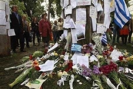 PROTESTE VIOLENTE LA ATENA, dupa ce un batran s-a sinucis in semn de protest fata de guvern si TROICA