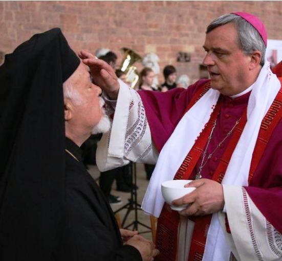 """Mitropolitul Augustin al Germaniei (Patriarhia Ecumenica) se lasa """"binecuvantat cu agheasma"""" de un CARDINAL"""