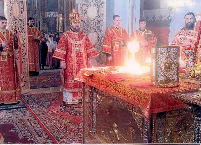 MINUNEA REVELATA DE TEHNICA? O fotografie care ar surprinde lumina dumnezeiasca in timpul Liturghiei