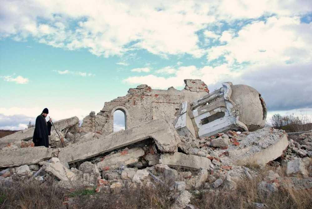 Monah sarb atacat de albanezi in KOSOVO