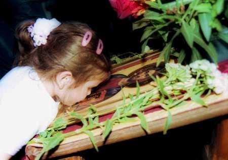 Săruți icoanele în biserică? Medicii avertizează asupra BOLILOR pe care le poți lua