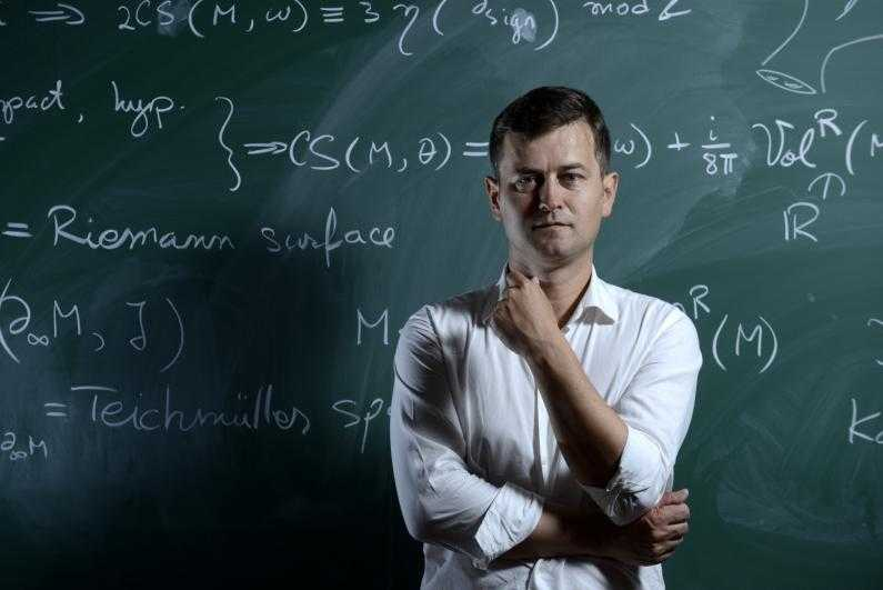 """Ce crede un geniu in matematica intors in tara, Sergiu Moroianu, despre ROMANIA, EDUCATIE, TELEVIZOR, DISTRUGEREA INVATAMANTULUI ROMANESC PRIN """"REFORME"""": <i><b>""""A renunta la televizor este una dintre conditiile necesare pentru o viata placuta Domnului""""</i></b>"""