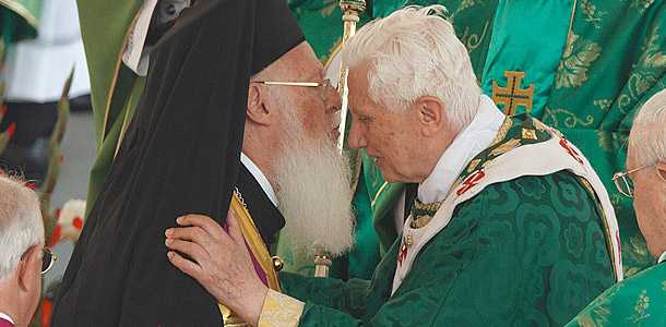 """Patriarhul Ecumenic Bartolomeu la dreapta Papei Benedict la comemorarea Conciliului II Vatican, reiterand erezia """"BISERICILOR SURORI"""": <i>SPERAM CA BARIERELE DINTRE BISERICILE RASARITEANA SI APUSEANA VOR FI ELIMINATE</i>"""