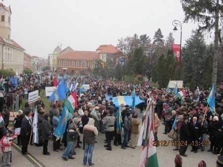 Mitingul radicalilor maghiari: <i>LA REVEDERE, ROMANIA</i> si <i>SA PIARA TRIANON!</i>