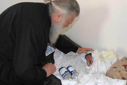 "MISIUNEA EXCEPTIONALA A PARINTELUI ELPIDIE: Un preot grec harismatic a devenit ""mama"" orfanilor din Africa"