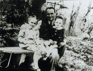 Cu tatăl şi sora sa, înainte de arestare
