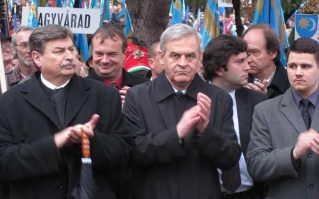 László Tőkés (centru) a participat la mitingul de la Târgu-Mureş