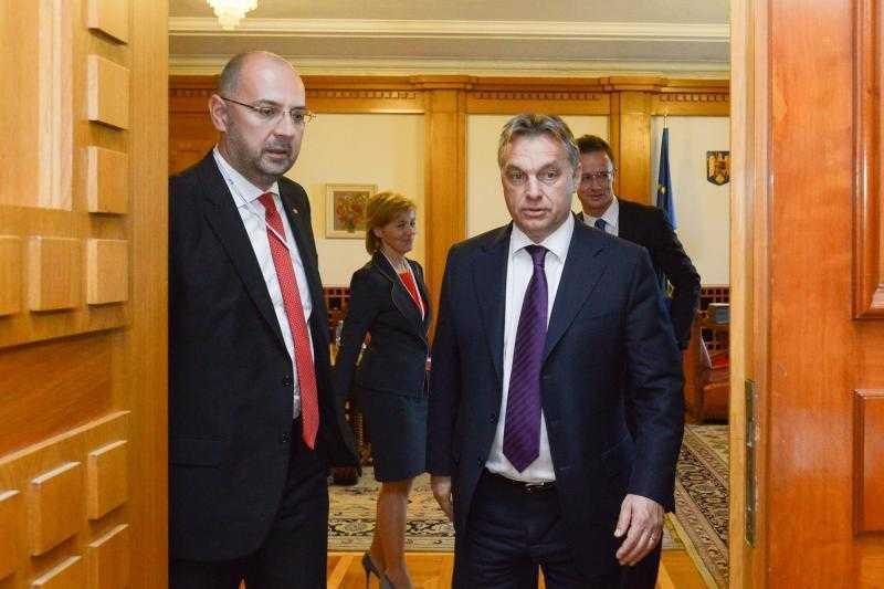 "MITING SECUIESC LA TARGU MURES CU PARTICIPAREA EXTREMISTILOR DE LA GARDA MAGHIARA. Diversionistul LASZLO TOKES striga <i>""diversionistii""</i>!/ A luat KELEMEN HUNOR indicatii de la Viktor Orban?"