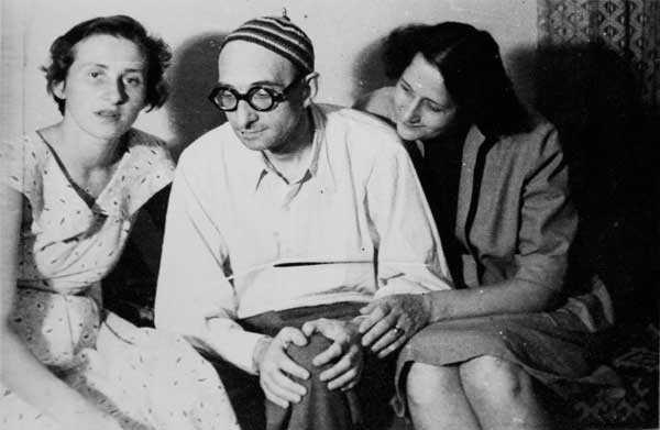 Imediat după eliberarea de la Aiud, cu fiica (stânga) şi soţia
