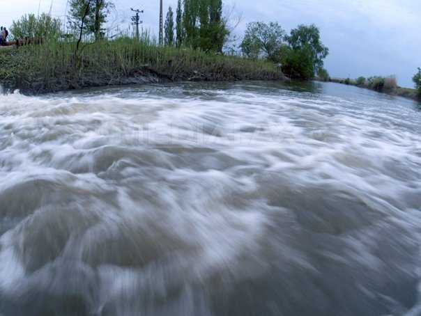 INUNDATIILE FAC DIN NOU RAVAGII IN ROMANIA <i>(si video)</i>