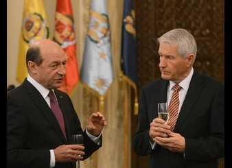 Basescu ar vrea SA CEDAM SI MAI MULTA SUVERANITATE Europei. IPOCRIZIA COMISIEI DE LA VENETIA: acum cere coborarea CVORUMULUI (pragului) pentru REFERENDUM, pentru a trece mai usor noua Constitutie <i>(VIDEO)</i>