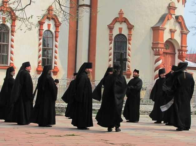Foto Adevărul. La Mănăstirea Noul Neamţ după Liturghia de duminică