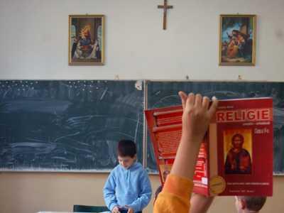 """LINSAJ MEDIATIC SI MANIPULARE GROSOLANA MARCA ASUR & Comp. Scandalul profesorului de religie care ar fi impartit elevilor brosura cu mesajul """"HOMOSEXUALII SUNT VREDNICI DE MOARTE"""""""