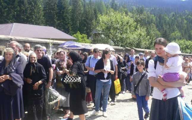 Miile de credincioşi au format cozi imense în jurul mănăstirii