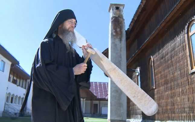 UNDE SUFLA DUHUL: Un american si un austriac &#8211; calugari ortodocsi la Manastirea Oaşa: PARINTII SAVA SI SERAFIM <i>(video)</i>