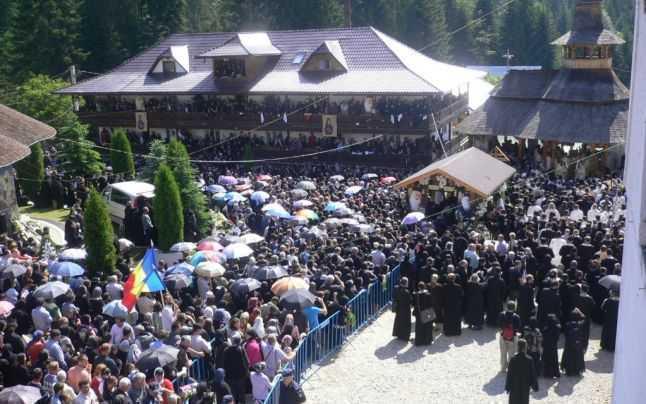 Puhoi de lume a venit la înmormântarea Părintelui Iustin
