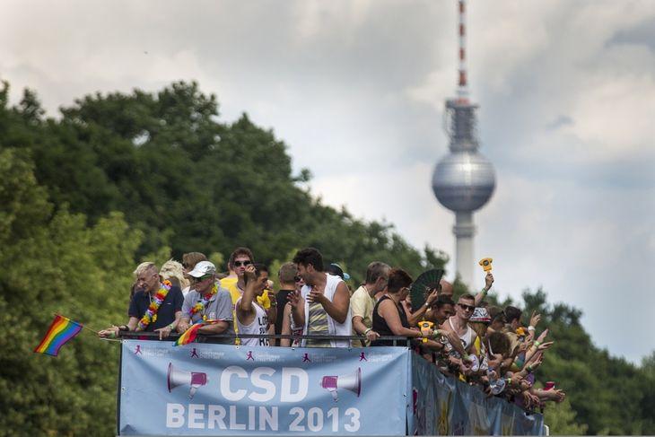 Parada gay enorma la BERLIN. Obiectiv: CASATORIILE HOMOSEXUALE/ Primul GHID GAY la British Museum