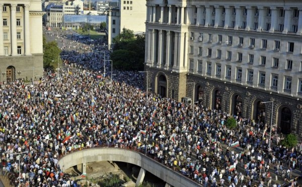 """BULGARIA FIERBE: Mii de oameni in strada cerand demisia guvernului abia instalat. Premierul Oresarski CHEMAT LA ORDINE LA """"INALTA POARTA"""" DE LA BRUXELLES"""