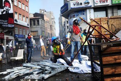 <i>FIERBE LUMEA</i>. Protestele si represiunile brutale continua in Turcia (video)/ Zeci de mii de oameni in strada in ITALIA/ Brazilia scufundata in ANARHIE din cauza&#8230; CUPEI MONDIALE LA FOTBAL/ Proteste zilnice in BULGARIA