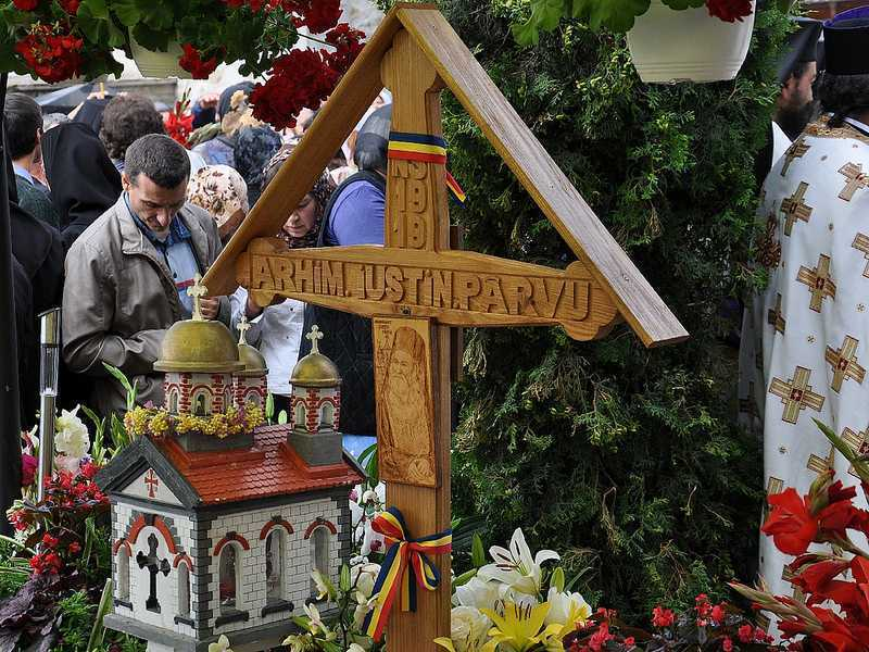 """<b>Parastas de 40 de zile pentru PARINTELE IUSTIN PARVU <i>(video, foto)</i></b>. Predica IPS Teofan <i>(audio)</i> despre Parintele Iustin ca MARTURISITOR SI VINDECATOR AL NEAMULUI/ Marele duhovnic, omagiat si in Rusia: <i>""""Dragostea toate le rabda""""</i>"""