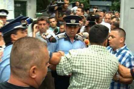 scandal-la-bolintineanu.politia-trimis-autocare-sa-duca-elevii-la-audieri-parintii-s-au-opus1373020977