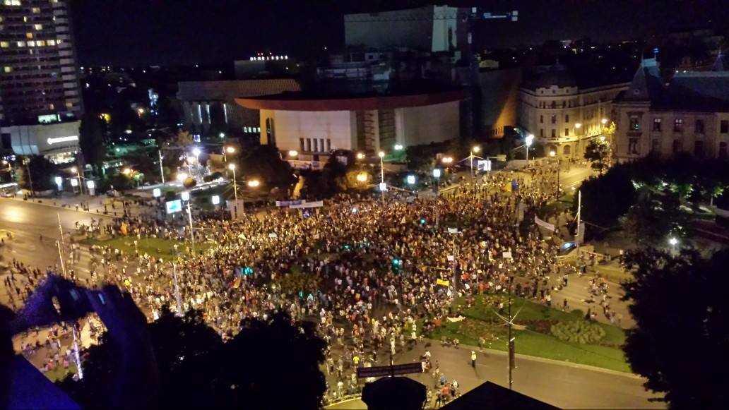 PROTESTE DE AMPLOARE FARA PRECEDENT PENTRU SALVAREA ROSIEI MONTANA. <b>Zeci de mii de persoane in Bucuresti, Cluj</b> si alte orase ale tarii [VIDEO si FOTO]