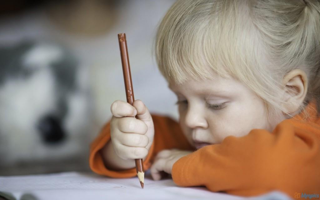 copil-scrie-la-gradinita