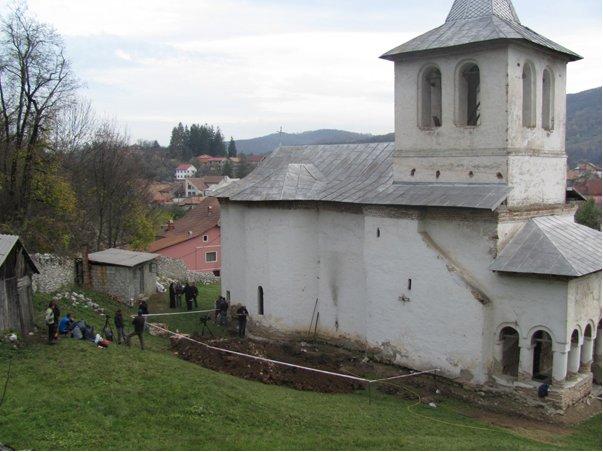 "[update VIDEO] Cautatorii ""comorii"" brancovenesti VANDALIZEAZA biserica manastirii BAIA DE ARAMA!"